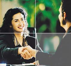 Foto de hombre y mujer dándose la mano